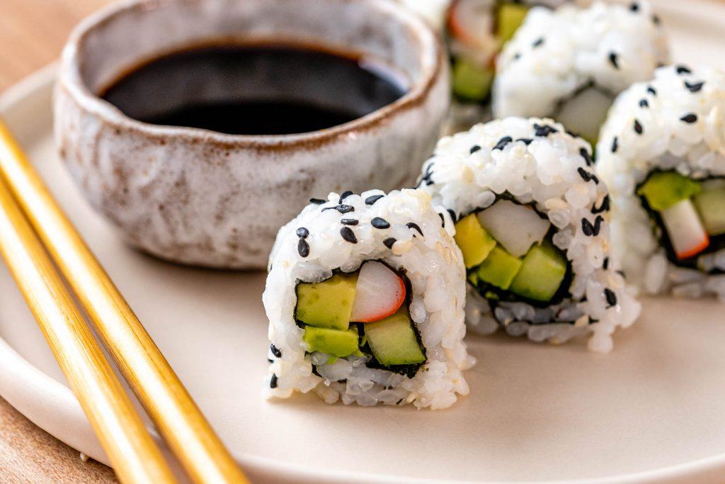 Como preparar rollos de sushi california como un profesional en casa