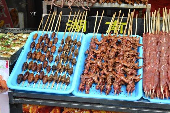 La comida frita en un palo, es un platillo chino que solo encontrarás en las calles de China