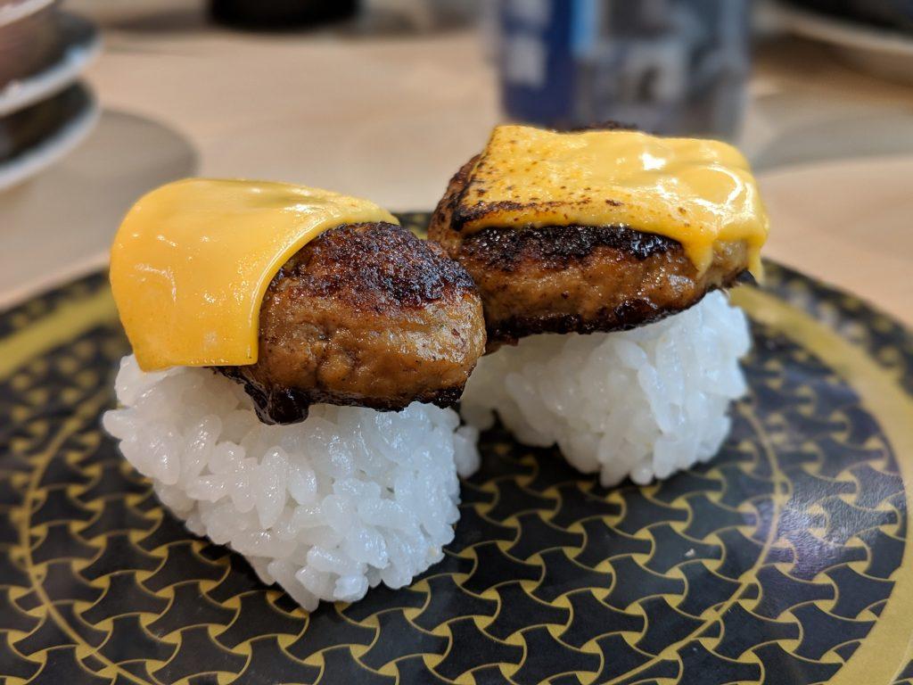 sushi de carne de hamburguesa con queso, uno de los sushis más extraños, sushi exótico