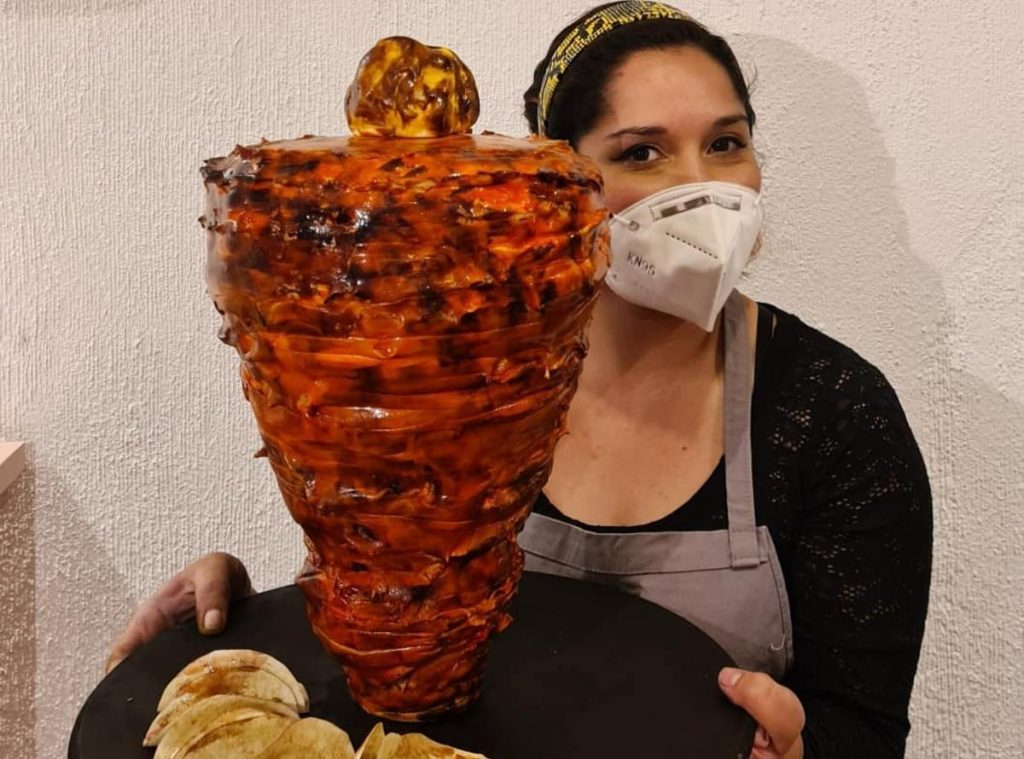 Liz Palacios con pastel de trompo al pastor
