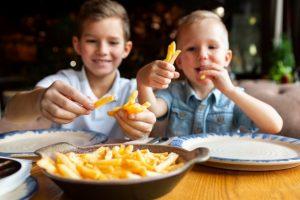 cuntas papas fritas comen los niños